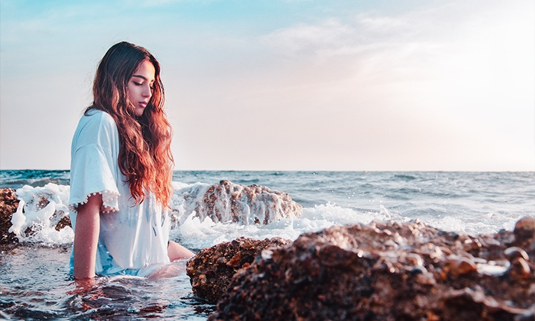 girl sit by sea